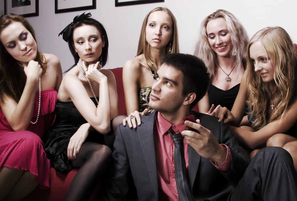 Frequentare più donne prima di impegnarsi